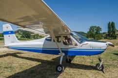 罗马,意大利- 2017年7月:一个年轻家庭父亲、母亲和女儿一架小型飞机Tecnam P92-S的客舱的随声附和 免版税库存照片