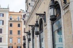 罗马,意大利- 2015年10月:照明的街道葡萄酒减速火箭的光在罗马广场Venezia的银行大楼 图库摄影
