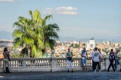 罗马,意大利- 2015年10月:看在城市的观察平台的游人在广场Venezia,罗马意大利附近 库存图片