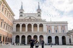 罗马,意大利- 2015年10月:走在游览和被拍摄的地标中的游人在背景中用一根棍子自已的在Basi 库存照片