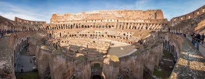 罗马,意大利- 11月24在大剧场colosseum里面的2012个访客 免版税库存照片