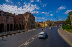 罗马,意大利- 2015年6月13日:一点部分看法在罗马大剧场,有设法许多的大街道的人输入 免版税库存照片