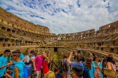 罗马,意大利- 2015年6月13日:享用里面罗马大剧场,人们的Turists拍摄照片和参观这个世界 免版税库存照片