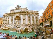 罗马,意大利- 2014年5月02日:参观Trevi喷泉的游人 库存图片