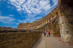 罗马,意大利- 2015年6月13日:在罗马大剧场里面的人参观和学会意大利遗产的 免版税图库摄影