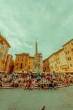 罗马,意大利- 2015年6月13日:广场della Rotonda广场在Agrippa帕台农神庙,休息和采取a的人们外面 免版税库存照片