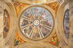 罗马,意大利- 2016年3月10日:有四福音传教士的旁边与在十字架上钉死工具的圆屋顶和天使  库存照片