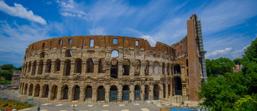 罗马,意大利- 2015年6月13日:罗马大剧场视图在一好summe天 建立工作外面,历史的巨大参观 库存照片