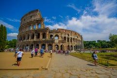 罗马,意大利- 2015年6月13日:罗马大剧场走和参观这个偶象结构的视图从外面, turists 免版税库存图片