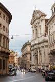 罗马,意大利- 2016年10月12日:街道在市中心在与汽车的晚上 图库摄影