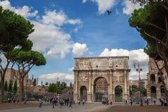 罗马,意大利- 2012年10月17日:走在康斯坦丁附近的游人 免版税库存照片