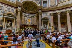 罗马,意大利- 2015年6月13日:Agrippa万神殿在看法、大理石和金子精整结构里面的 参观的人们和 免版税图库摄影