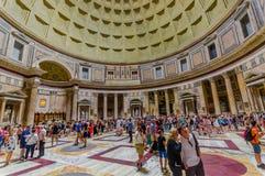 罗马,意大利- 2015年6月13日:Agrippa万神殿在看法、大理石和金子精整结构里面的 参观的人们和 免版税库存照片
