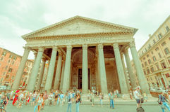 罗马,意大利- 2015年6月13日:Agrippa视图万神殿从外面,人们参观正方形,专栏外面 库存图片