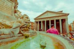 罗马,意大利- 2015年6月13日:Agrippa从外部正方形, fountaine的大厦视图万神殿在中部与 免版税库存图片