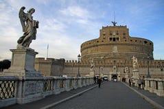 罗马,意大利- 2012年12月20日:Castel Sant'Angelo桥梁的人们在罗马,意大利 图库摄影