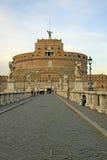 罗马,意大利- 2012年12月20日:Castel Sant'Angelo桥梁的人们在罗马,意大利 库存照片