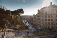 罗马,意大利- 2016年3月18日 晴天在镇的中心 走在一个晴天的旅客在罗马,意大利 免版税库存图片