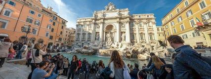 罗马,意大利- 2012年11月24日-罗马Trevi喷泉拥挤游人 库存图片
