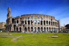 罗马,意大利- 4月08 :参观罗马斗兽场的许多游人  免版税图库摄影