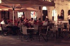 罗马,意大利- 6月15 :在一种城市咖啡馆生活方式的晚餐在2014年6月16日的欧洲 免版税图库摄影
