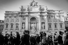罗马,意大利- 12月18 :拥挤游人在Trevi喷泉 免版税库存图片
