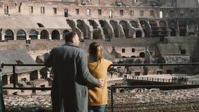 罗马,意大利11 02 站立在罗马斗兽场里面和享受废墟的风景看法年轻夫妇2017后面视图  股票录像
