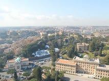 罗马,意大利- 17 febrary 2012年,梵蒂冈-圣彼得罗大教堂圆顶屋顶的游人  影视素材