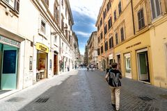 罗马,拉齐奥,意大利 2017年5月22日:步行沿着向下街道的妇女 图库摄影