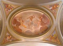 罗马:复活的耶稣符号壁画在天使中的在旁边教堂中殿天花板在教会di Santi乔凡尼e保罗里 免版税库存图片