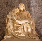 罗马-圣母怜子图雕象在教会圣玛丽亚小山谷生命的劳伦斯Lotti (绰号Lorenzetto 库存照片