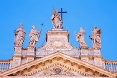 罗马-在圣约翰Lateran大教堂& x28门面上面的雕象; 大教堂二圣乔瓦尼在Laterano& x29;在黄昏 库存照片