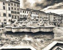 罗马- 2014年6月14日:在广场Navona的游人步行 更多比 库存图片