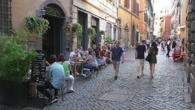 罗马-意大利, 2015年8月:人旅行在街道上享用 股票录像
