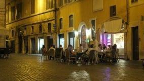 罗马-意大利, 2015年8月:喝在外部的人们 股票视频