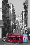 罗马 旅游红色公共汽车 通过del Corso,历史的中心 免版税图库摄影