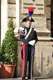 罗马2015年10月29日卡宾抢手在游行随员,有帽子的,手套和剑,在广场的Carabinieri驻地前面站立 免版税库存图片