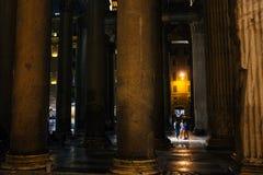 罗马9月16日, 2017万神殿在夜之前,游人交谈qui 库存照片