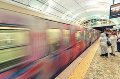 罗马- 2014年6月14日:在地铁车站的通勤者步行 罗马Metr 免版税库存照片