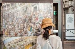 罗马- 2014年6月14日:游人参观罗马罗马斗兽场内部 我 免版税库存照片