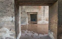 罗马- 2014年6月14日:罗马罗马斗兽场内部 内部画廊 库存图片