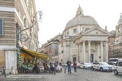 罗马- 2015年12月7日 坐在餐馆的人们 免版税库存照片