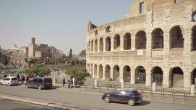 罗马- 2月20 :罗马斗兽场、交通标志、汽车和游人,平底锅射击 股票录像