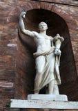 罗马-有古色古香的雕象的墙壁在Quirinal宫殿附近 免版税库存照片
