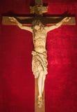 罗马-被雕刻的在十字架上钉死从17世纪在教会基耶萨由未知的艺术家的del Jesu里 免版税库存图片