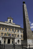 罗马- Montecitorio宫殿和方尖碑 免版税库存图片