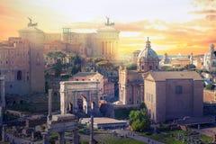 罗马` s论坛废墟在日落的,古老政府大厦BC开始了7世纪 罗马 库存照片