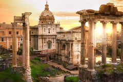 罗马` s论坛废墟在日落的,古老政府大厦BC开始了7世纪 罗马 库存图片