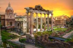 罗马` s论坛废墟在日落的,古老政府大厦BC开始了7世纪 罗马 免版税库存图片