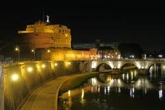 罗马Castel SantAngelo与圣安吉洛桥梁的夜视图在台伯河河 免版税库存照片